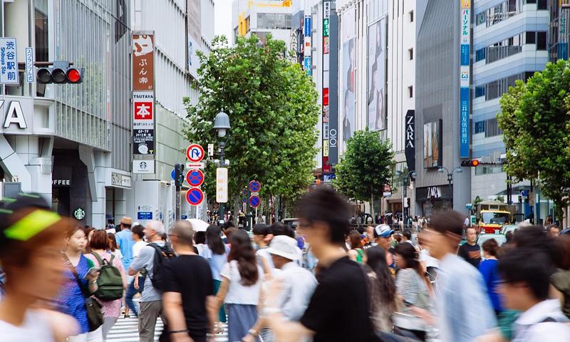 人でごったがえす東京の街